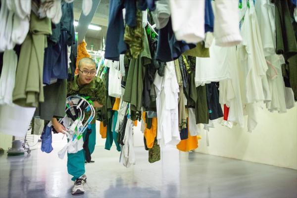 午後7時すぎ、宮城県東松島市出身の野村佳大さん(17)は宿舎で洗濯物を取り込んでいた。東日本大震災で被災。自衛官の活躍を見て、自分も人の役に立ちたい、と中学卒業後すぐに自衛隊の訓練が受けられるこの学校を志願した。「銃を持つことはとても怖いけれど……。全国各地から支援されてきたので、恩返しをしたいんです」=2015年6月、神奈川県横須賀市、川村直子撮影