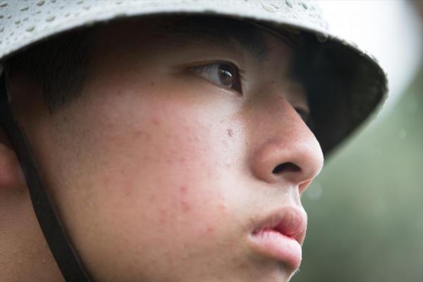 新入生の堤那央さん(15)は、山梨県富士吉田市から来た。陸上自衛官だった父が姿勢を正しパレードに参加するのを、小学生の時に見てあこがれた。「災害派遣で、被災者の人に優しく接したい」=2016年5月、神奈川県横須賀市、川村直子撮影