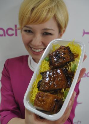 ピーチは機内食に「ウナギ味のナマズ」を採用した=5月、関西空港