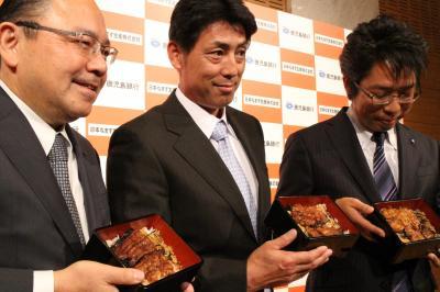 昨年11月に設立した「日本なまず生産」の牧原博文社長(中央)と近畿大学・有路昌彦教授(右)ら