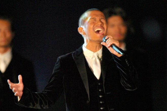 天皇陛下即位20年を祝う政府主催の式典で奉祝歌を歌うEXILEのATSUSHI。トレードマークのサングラスを外して熱唱した=2009年11月12日、東京都千代田区の皇居前広場、代表撮影