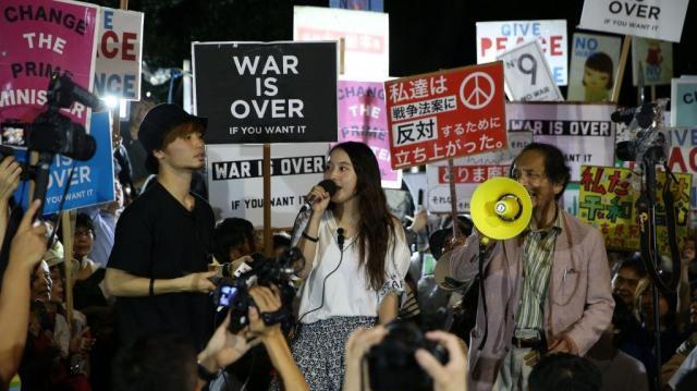 安保関連法案に反対し、ステージ上で声を上げる奥田愛基さんら=2015年9月11日