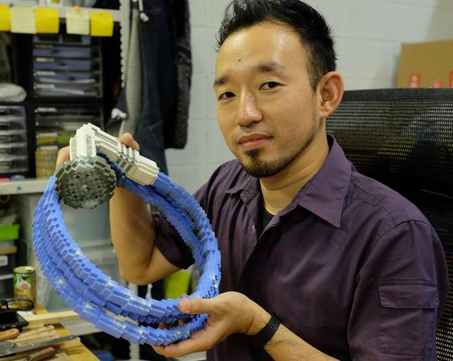 「水辺のセイブツ」と題した作品。「静物のシャワーヘッドに、とぐろを巻いた蛇(生物)のイメージを重ねました」=大阪市生野区、西村悠輔撮影