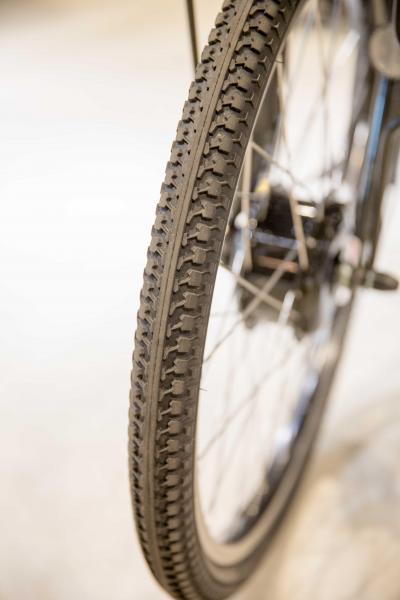 前輪は段差に強い24インチに。後輪は太めの20インチ。どちらも悪路に強さを発揮するよう太めの設定。