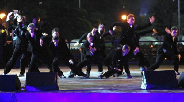 天皇陛下即位20年を祝う国民祭典でダンスを披露するEXILEのメンバー=2009年11月12日、東京都千代田区の皇居前広場