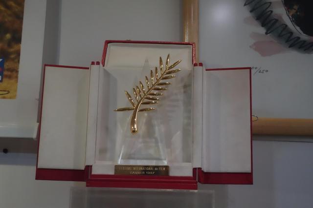 テヘランの映画博物館に展示されている、キアロスタミ監督が受賞したパルムドールのトロフィー