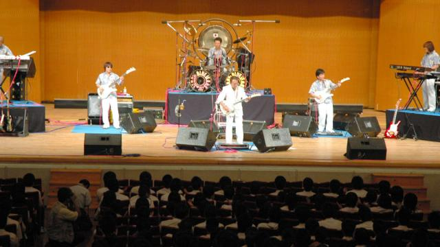 高校生の前で演奏する「寺内タケシとブルージーンズ」のメンバー=2009年9月25日