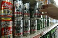 中国で販売されているアサヒビール=2006年4月、北京