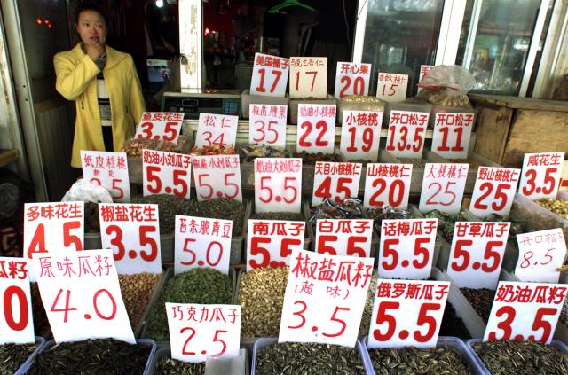 上海の「種」屋さん。色々な種を取りそろえている=2001年11月、上海