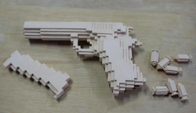 素焼きで着色前の「拳銃」。弾丸やマガジンもすべてカクカク