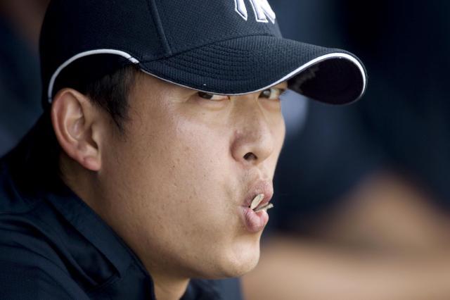 ニューヨークヤンキースの台湾出身のプロ野球王建民投手。試合中に食べているのはひまわりの種=2008年3月、フロリダ