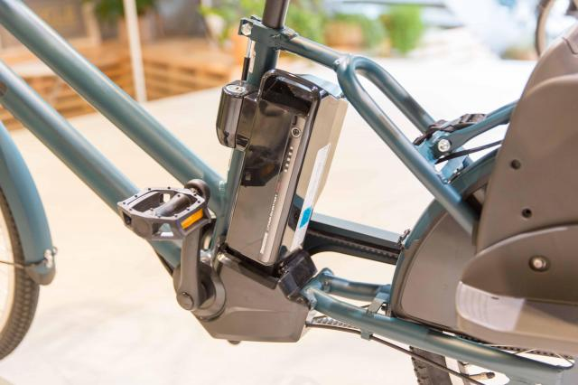 自社開発で小型・軽量化されたアシストユニットとバッテリー。後輪はベルトドライブです。