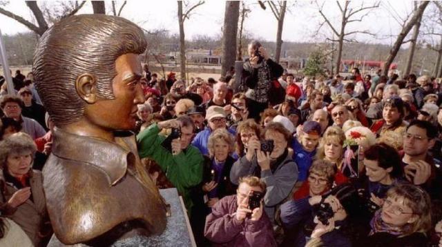 エルヴィス・プレスリーの誕生日に銅像の前に集まるファン=1995年1月8日、ロイター