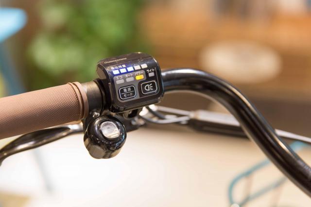 電源スイッチも自社開発で、電池残量は5段階表示。走行距離はエコモードで74Kmだそうです。