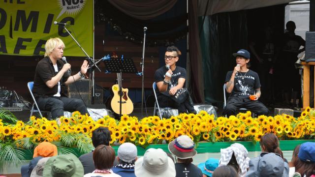 フジロックの「アトミック・カフェ」で原発について話す(左から)津田大介さん、TOSHI-LOWさん、細美武士さん=2015年7月24日