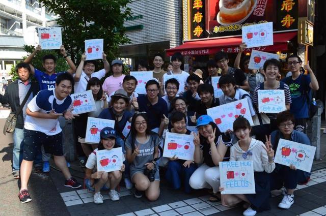 横浜中華街のフリーハグ活動=2016年6月、神奈川県