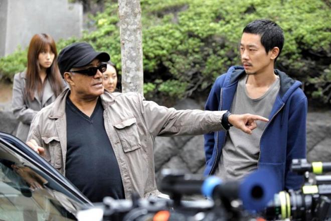 「ライク・サムワン・イン・ラブ」で加瀬亮(右)を演出するアッバス・キアロスタミ監督=2011年11月、ユーロスペース提供