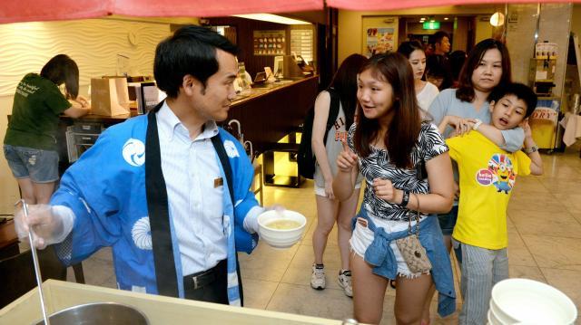 ホテルのロビーで無料サービスのラーメンに列をつくる外国人客。日本の食文化を体験してもらうため、毎晩、振る舞っている