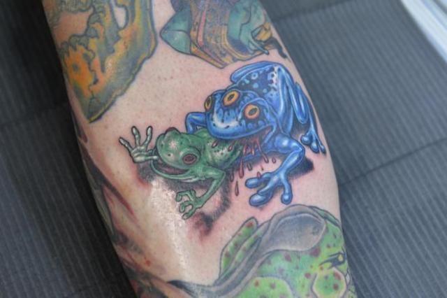 右足に入れたカエルのタトゥー=瀬戸口翼撮影