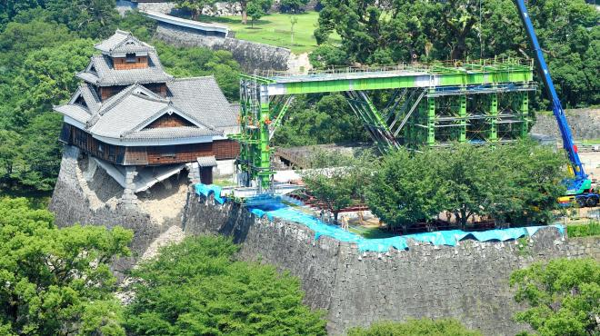 倒壊を防ぐため、架台の設置作業が進む熊本城=2016年7月21日、熊本市中央区、長沢幹城撮影