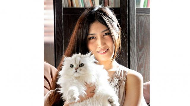 峰さんと愛猫の「プッチーさん」=2013年6月撮影