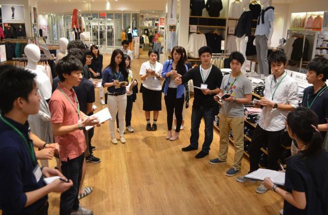 ユニクロを展開するファーストリテイリングは今年2月、海外でのインターンを実施した。写真はシンガポールのユニクロで、幹部店員に質問をする日本からのインターン学生ら