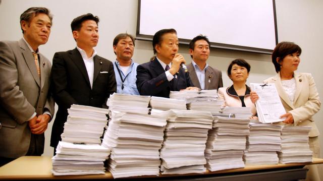ダンス文化推進議員連盟の議員に提出した署名=2013年5月20日