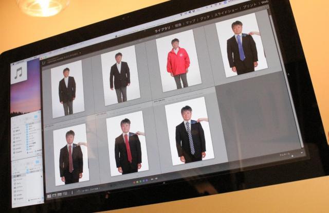 実際に写真に撮って、候補者に合った服を選ぶ=スタジオクライム提供