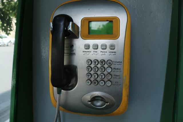 イランの一般的な公衆電話。プッシュボタンの下に、テレホンカードの読み取り口があります