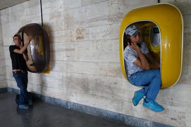 イラン西部ウルミエで、公衆電話を使う人たち
