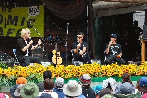 アトミックカフェに参加した津田大介さん(左)ら=2015年7月24日、湯沢町