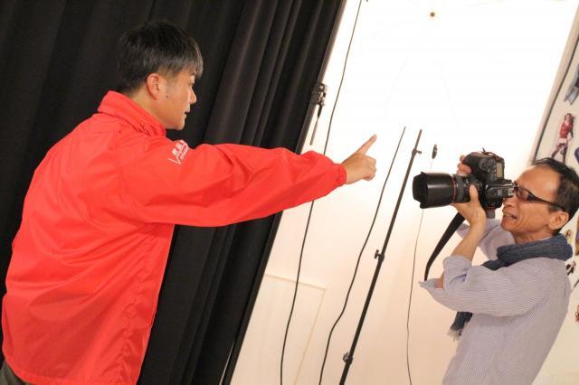 写真を撮影する藤田カメラマン=スタジオクライム提供
