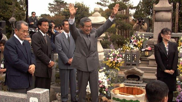 当選から一夜明け、故裕次郎氏の墓参りで支持者らにあいさつする石原慎太郎氏=1999年4月12日