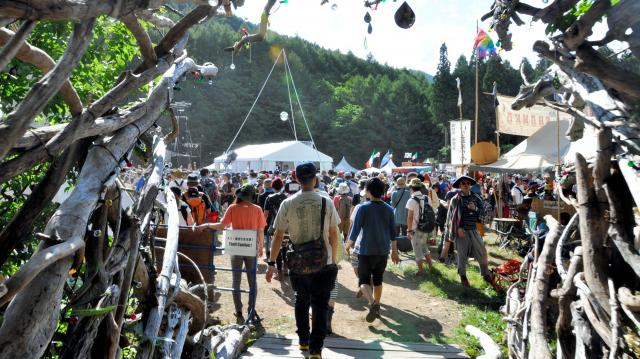 森の中を抜けると、「フィールド・オブ・ヘブン」が見えてくる。日高正博さんは一目見てステージ名が頭に浮かんだという=22日新潟県湯沢町の苗場スキー場