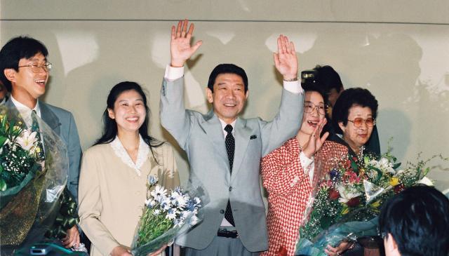 東京都知事選で当選確実となり、家族に囲まれ笑顔で万歳する青島幸男氏=1995年4月9日