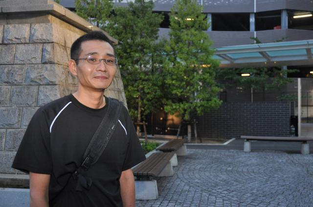 JR甲府駅前に立つ松本重崇さん