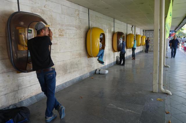 イラン西部のウルミエにて。イランの地方ではまだまだ公衆電話が現役だが……