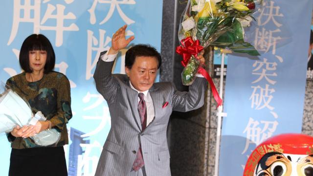 当選を決めた猪瀬直樹氏。左はゆり子夫人=2012年12月16日