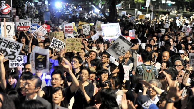 安保関連法案に反対する若者たち=2015年7月10日
