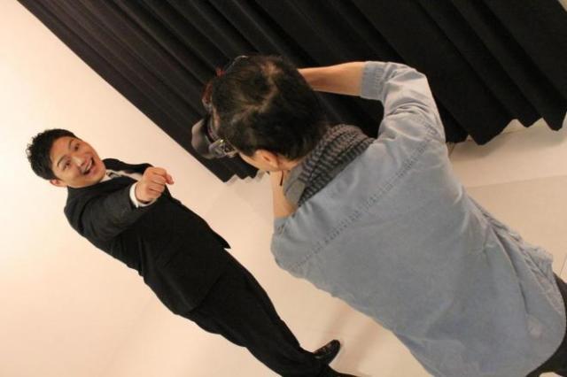 写真を撮影する藤田カメラマン(手前)=スタジオクライム提供