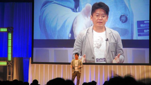ネットワーク技術の展示会「インターロップ東京2015」でネットと物流サービスなどが融合した未来を語る堀江貴文氏=2015年6月10日、千葉・幕張メッセ