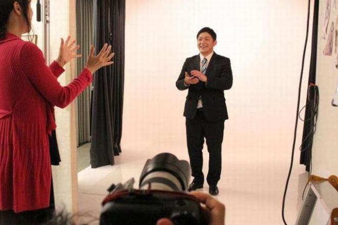 「有権者に語りかけているような写真」の撮影風景。手前の女性スタッフが、お手本を見せる=スタジオクライム提供