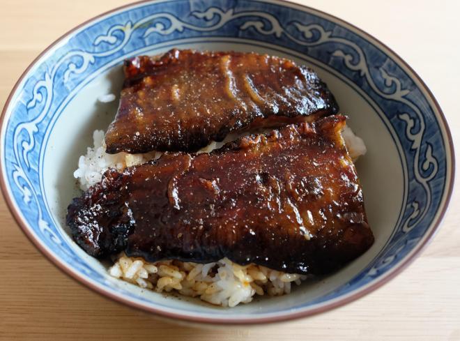 イオンで販売初日に購入、自宅でナマズ丼にした。見た目はあまりウナギに似ていない=7月23日、西村悠輔撮影