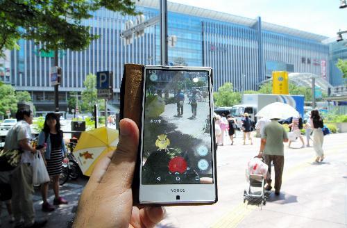 【博多】配信が開始された「ポケモンGO」。JR博多駅前にもポケモンが現れた=2016年7月22日、福岡市博多区、川津陽一撮影