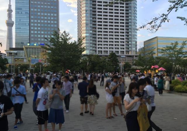 ポケモンGOをプレイするため、多くの人が集まった錦糸公園(モザイク処理をしています)=24日、東京都墨田区