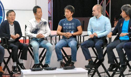 E3の任天堂ブースで「ポケモンGO」について話すポケモンの石原恒和社長(左から1人目)や、任天堂の宮本茂専務(右から1人目)ら=2016年6月15日、米ロサンゼルス、岩沢志気撮影