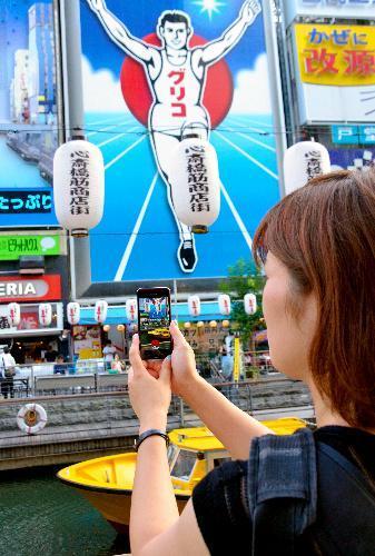 【道頓堀】道頓堀川沿いでポケモンを探す=2016年7月22日、大阪市中央区