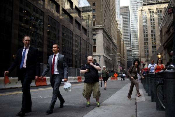 【ニューヨーク】グランド・セントラル駅前で「ポケモンGO」を遊ぶ男性=2016年7月12日、ロイター