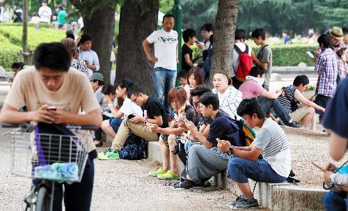 【聖地】鶴舞公園で「ポケモンGO」に興じる人たち=2016年7月24日、名古屋市昭和区