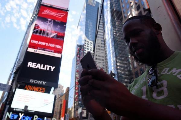 【ニューヨーク】タイムズスクエアで「ポケモンGO」を遊ぶ男性=2016年7月
